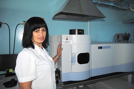 Атомно-эмиссионный спектрометр с индуктивно связанной плазмой выявляет содержание металлов в продукции, к примеру...
