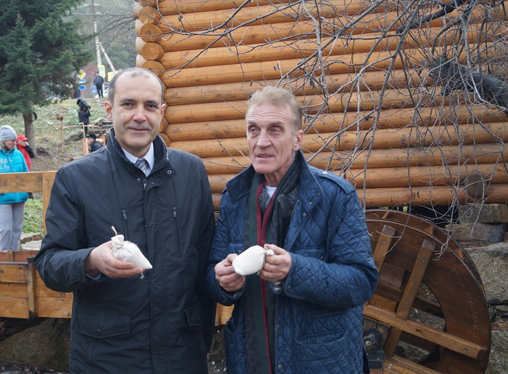 Хлебом-солью: Константин Базаров и Владимир Войчишин (справа) готовы принять буддистские реликвии и участвовать в популяризации буддизма на Алтае.