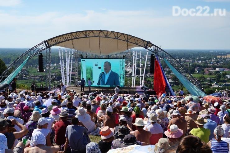 Doc22.ru Шукшинские дни на Алтае ежегодно собирают тысячи туристов — почитателей творчества В.М. Шукшина со всей страны. Фото из архива Doc22.